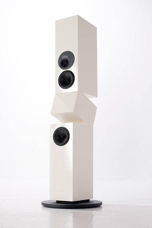 custom audio IMPACT 2.5: minimalistischer Multimedia-Raum von Kompatibel Design