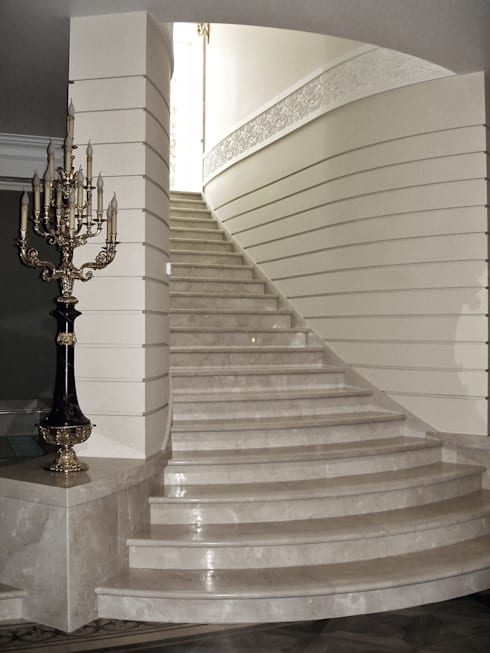 Прихожая, коридор и лестницы в . Автор – DECORMARMI SRL