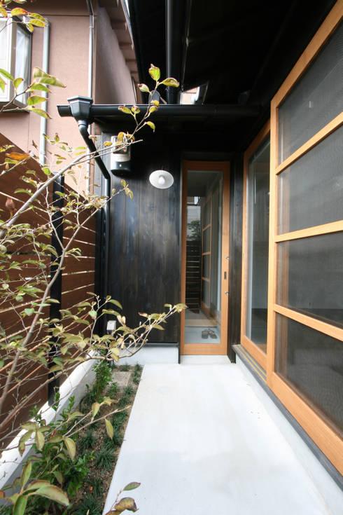 アプローチ: 一級建築士事務所expoが手掛けた家です。