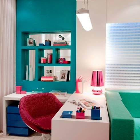 Hobby da Mãe - Casa Cor Santa Catarina 2012: Salas multimídia modernas por Cristine V. Angelo Boing e Fernanda Carlin da Silva