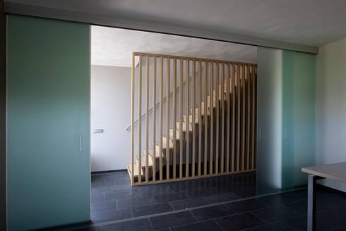woonhuis Brinkman:  Gang en hal door Groeneweg Van der Meijden Architecten