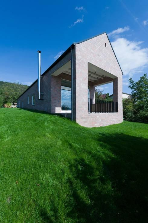 minimalistische Woonkamer door Földes Architects