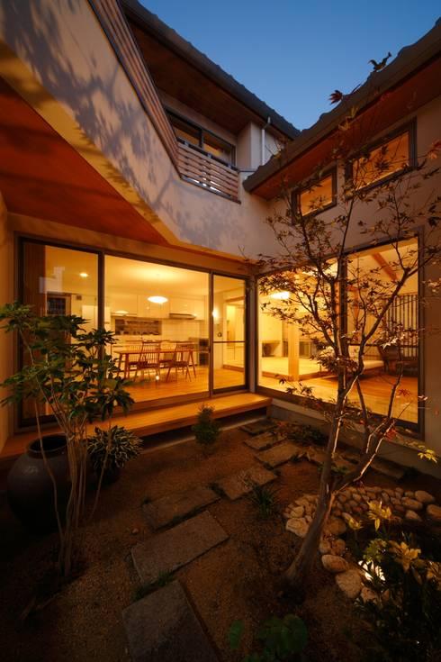 三つの庭のある家: ATELIER TAMAが手掛けた庭です。