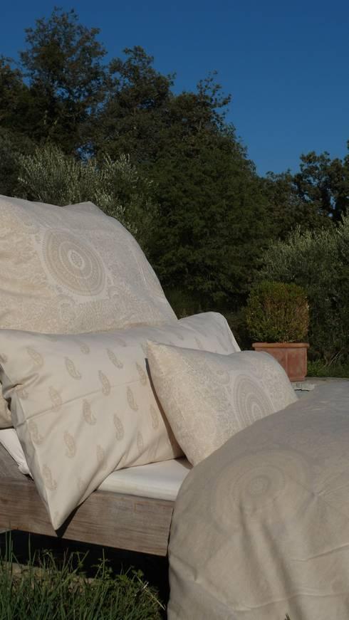 indradanush-art of textiles:  Schlafzimmer von Indradanush
