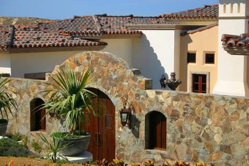 LOTE 26 DIAMANTE: Balcones y terrazas de estilo colonial por Natus