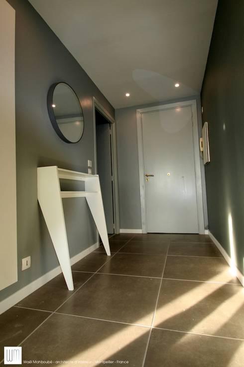 Appartement à Cannes meublé entièrement par wm: Couloir et hall d'entrée de style  par WM