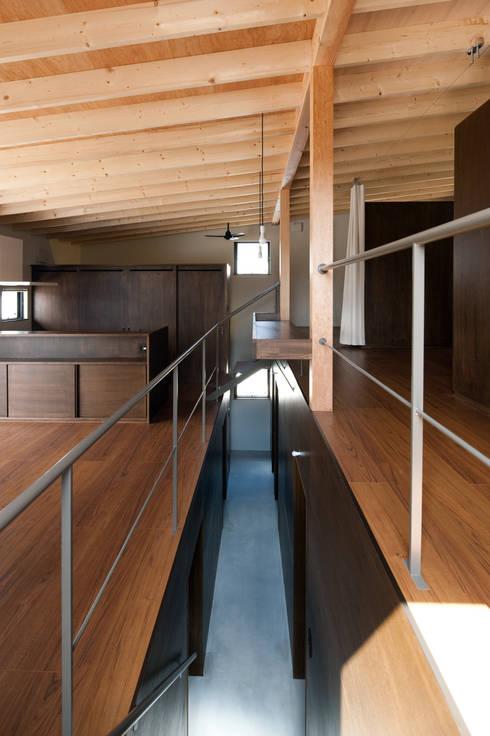 小和滝の家: 前原尚貴建築設計事務所/Naotaka Maehara Architectural Design Officeが手掛けた廊下 & 玄関です。