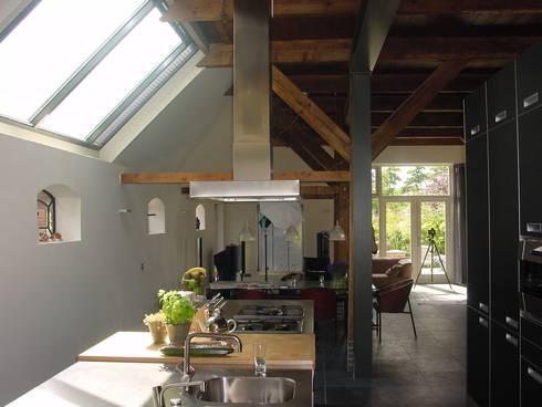 verbouw en uitbreiding koeienschuur tot villa: moderne Keuken door Friso ten Holt   architect  Msc lid BNA  - Studio Abbestede