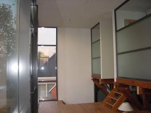 verbouw en uitbreiding koeienschuur tot villa: klasieke Woonkamer door Friso ten Holt   architect  Msc lid BNA  - Studio Abbestede