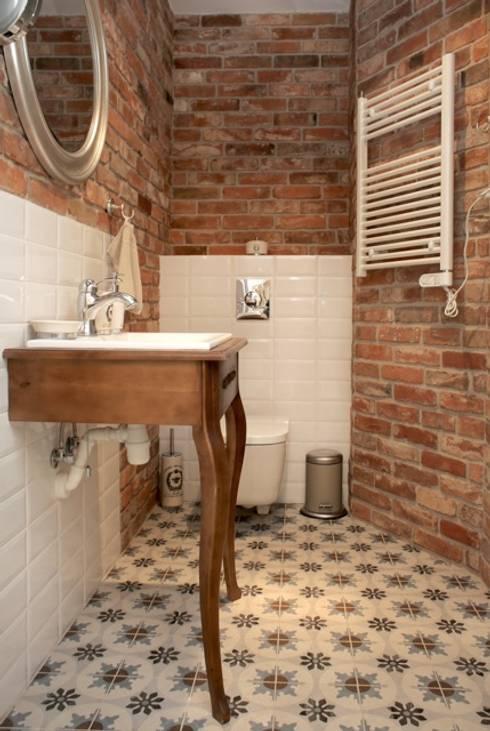 Baños de estilo ecléctico por Mocca Studio