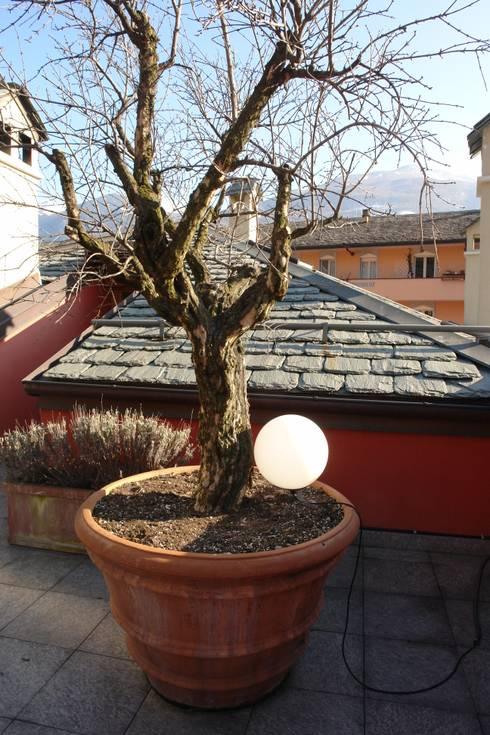 Casa privata MM: Terrazza in stile  di Studio di Architettura Manuela Zecca