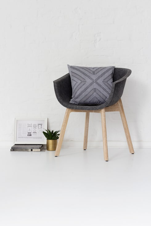 Sulu handwoven cushion: scandinavian Living room by bococo