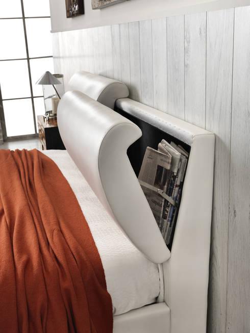 Relax letti: Camera da letto in stile in stile Classico di Stones