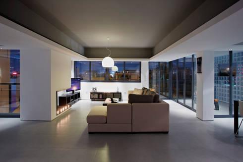 Single man's flat downtown Athens:   by studioReskos