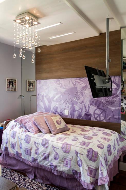 quarto da menina: Sala de estar  por Andréa Gonzaga
