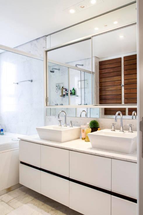 banheiro 01: Sala de estar  por Andréa Gonzaga