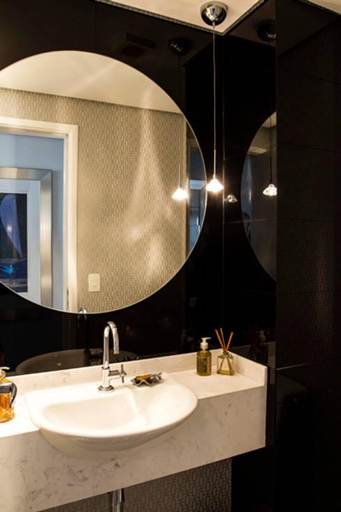 lavabo: Sala de estar  por Andréa Gonzaga
