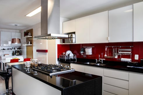 Cozinha: Sala de estar  por Andréa Gonzaga