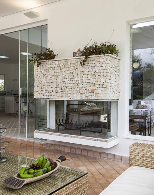 Casa Joanópolis: Casa  por Andréa Gonzaga