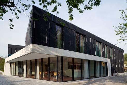 Protected housing: moderne Huizen door Möhn + Bouman architects