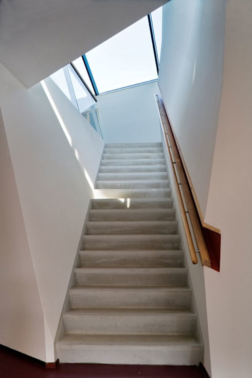 Protected housing:  Gang en hal door Möhn + Bouman architects