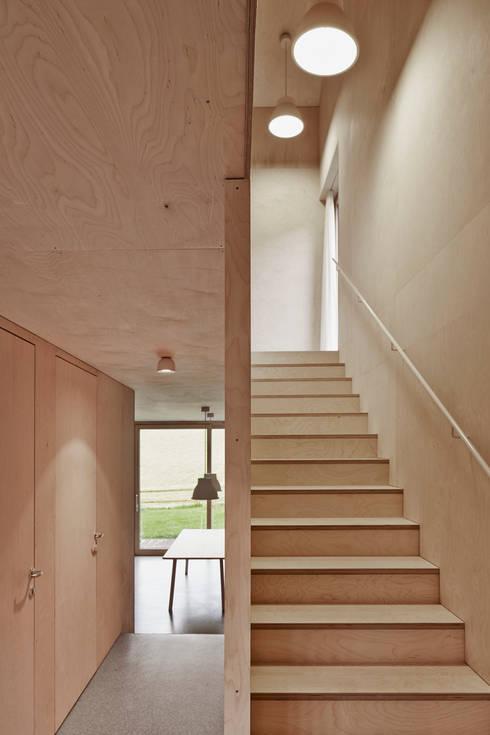 Projekty,  Korytarz, hol i schody zaprojektowane przez Innauer-Matt Architekten ZT GmbH