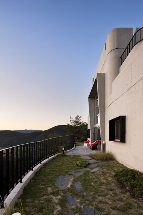 A house on the cliff: studio_GAON의  베란다