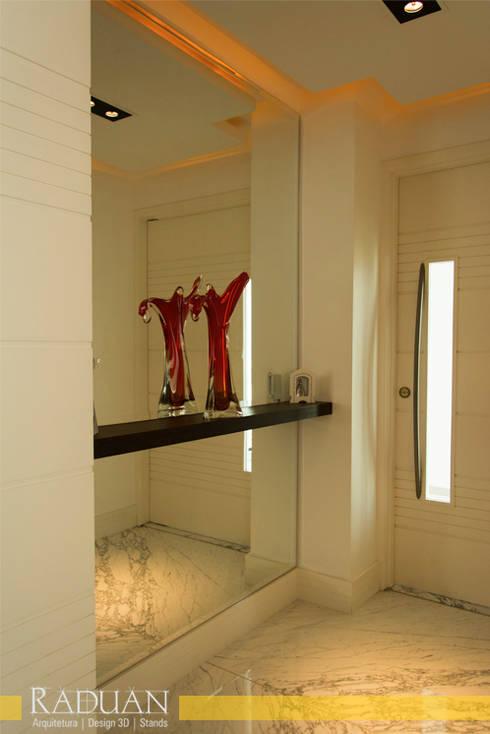 Pasillos y recibidores de estilo  por Raduan Arquitetura e Interiores