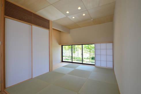 和室: TEKTON | テクトン建築設計事務所が手掛けたリビングです。