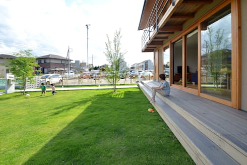 ウッドデッキ: TEKTON | テクトン建築設計事務所が手掛けた庭です。