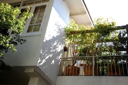 Varanda Dormitório Casal: Terraços  por Ornella Lenci Arquitetura
