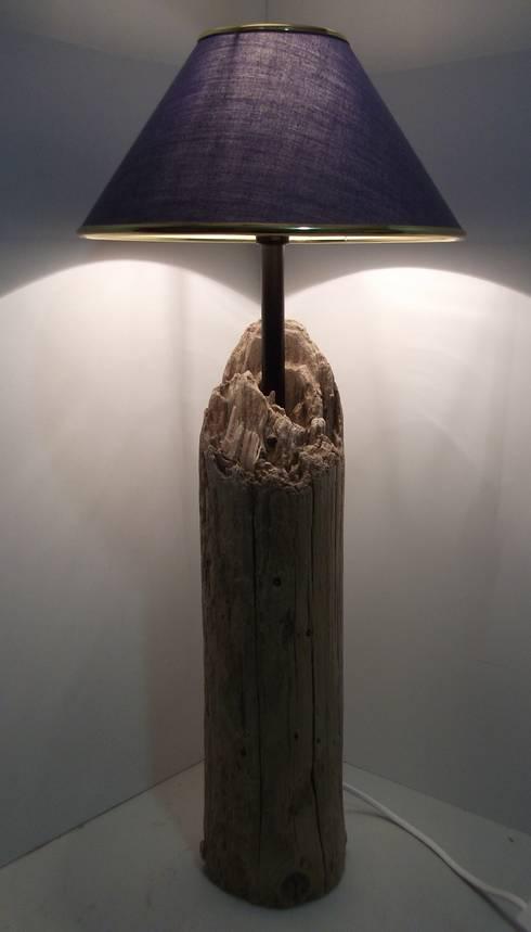 Treibholz-Tischlampe:  Wohnzimmer von homify