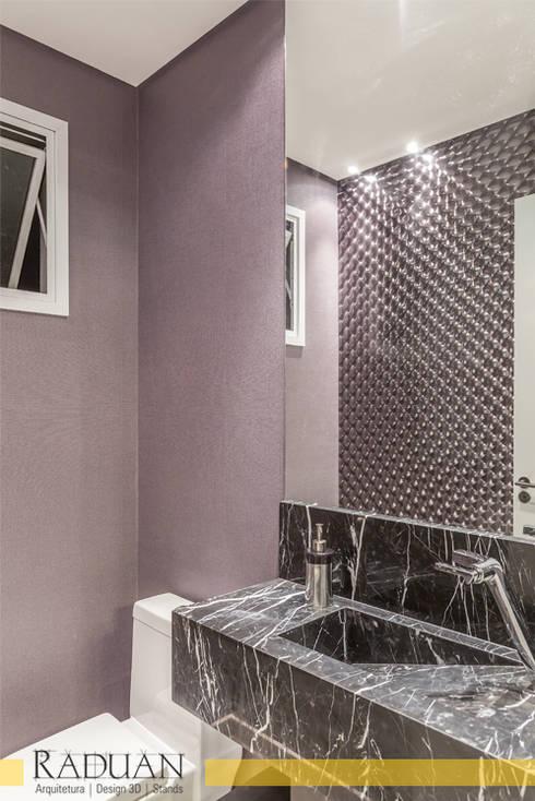 Duplex 80 m² - Vila Madalena: Banheiros  por Raduan Arquitetura e Interiores