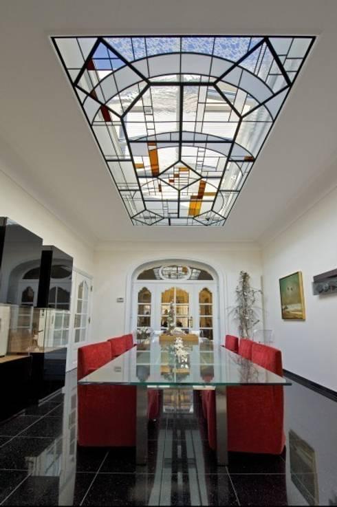 Modern art glas voor oud herehuis: moderne Eetkamer door artglas
