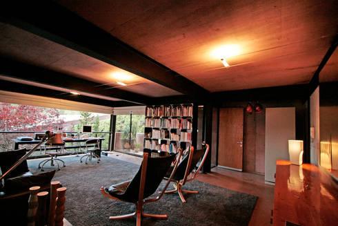 Casa Lau: Salas multimedia de estilo moderno por Serrano Monjaraz Arquitectos
