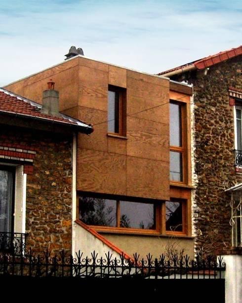 Extension d'une maison individuelle en ossature bois à Villemomble (93):  de style  par Paula Bianco