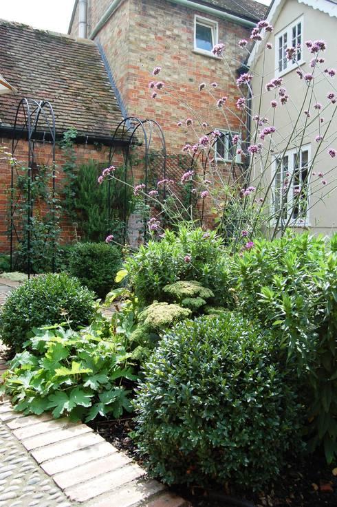 Courtyard Garden: country Garden by Dawn Isaac Garden Design