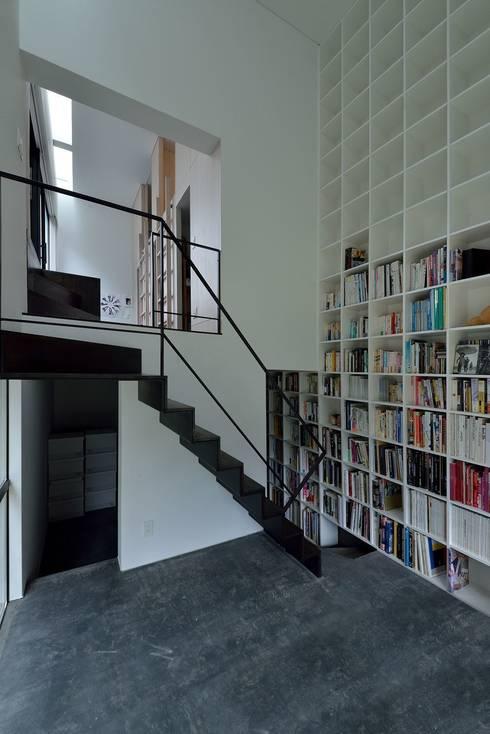 MO-HOUSE: 株式会社長野聖二建築設計處が手掛けた廊下 & 玄関です。
