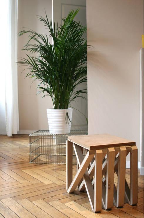 tabouret en bois: Salon de style de style Moderne par Louise Malé-Mole