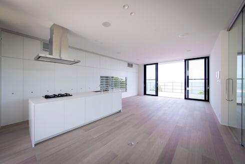非日常スタジオ付ガレージ住宅: ラブデザインホームズ/LOVE DESIGN HOMESが手掛けたリビングです。