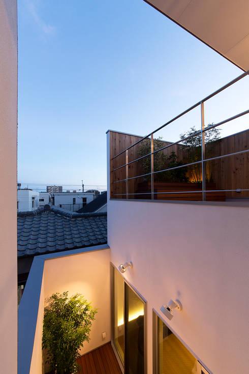 都市型アウトドアハウス: ラブデザインホームズ/LOVE DESIGN HOMESが手掛けたベランダです。