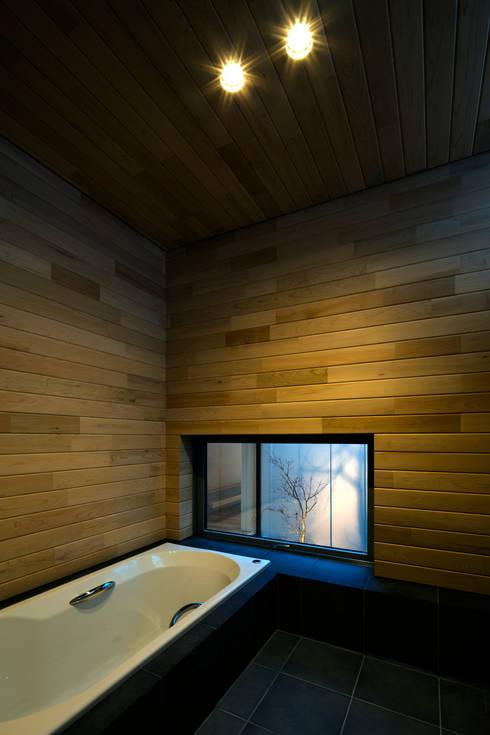 オオヤネコート: 有限会社TAO建築設計が手掛けた浴室です。