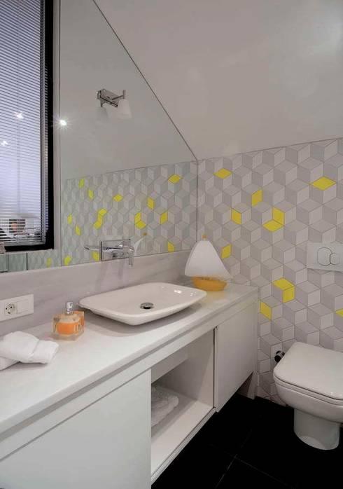 Casas de banho modernas por HANDE KOKSAL INTERIORS