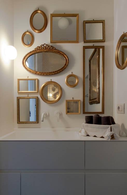 bagno ospiti dettaglio: Bagno in stile in stile Eclettico di Plastudio