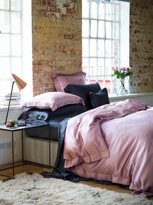Pink and Charcoal silk bed linen:  Bedroom by Gingerlily