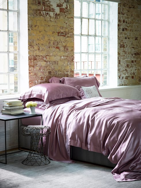 Pink silk bed linen:  Bedroom by Gingerlily