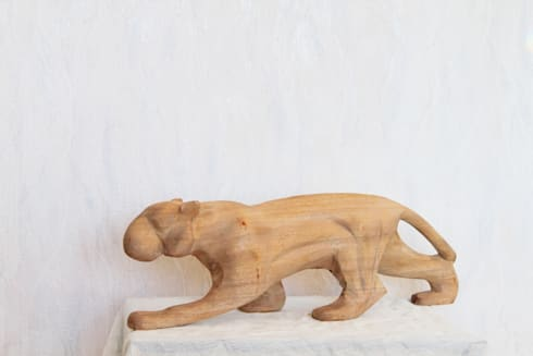 Woodcarving Sculptures: modern Living room by Nilare
