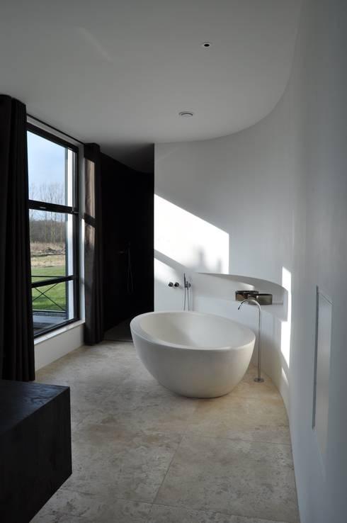 villa Heiloo: moderne Badkamer door Jeroen de Nijs BNI