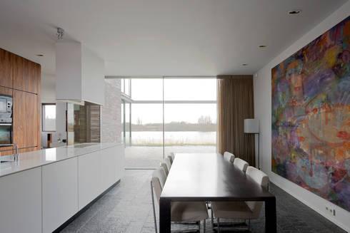 huis IHKB2: moderne Eetkamer door MIR architecten