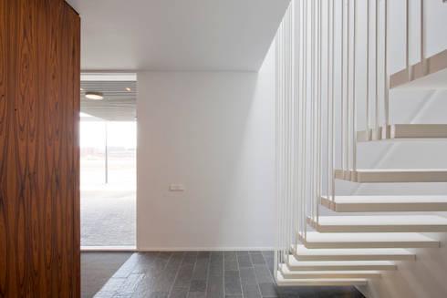 huis IHKB2:  Gang en hal door MIR architecten